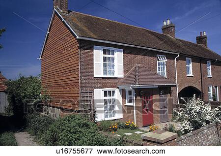 Beeld terrasvormig huisje met spirea in bloem in de voortuin u16755677 zoek stock - Huisje met vide ...