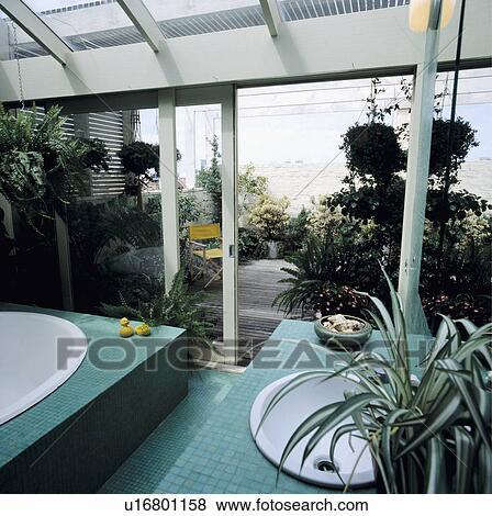 Beelden turkoois moza ek tegels in hippe badkamer uitbreiding met open patio deuren - Badkamer turkoois ...