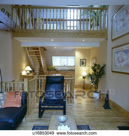 Stock fotografie wooden flooring in modern leven kamer met zwart leder meubel en - Kamer mezzanine ...