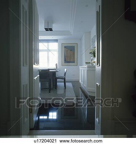 Stock fotografie deur open om te witte eetkamer met witte tapijt op hoog opgepoetste - Tapijt eetkamer ...