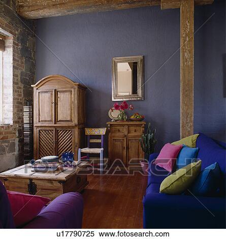 Stock bild bunt kissen auf blaues sofa in modernes blau wohnzimmer mit alt kiefer - Blaues wohnzimmer ...