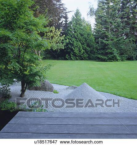 Immagine ghiaia piramide in raked ghiaia giardino - Foto giardino zen ...