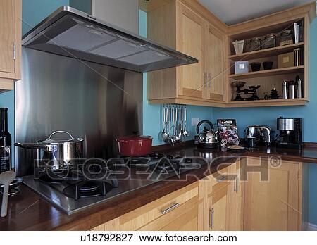 image acier inoxydable extracteur ventilateur au dessus plaque dans bleu cuisine. Black Bedroom Furniture Sets. Home Design Ideas