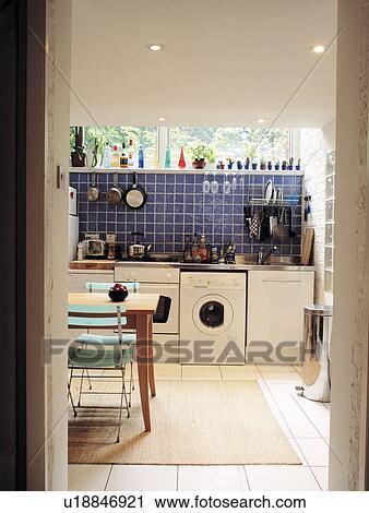 banques de photographies vue par porte de blanc. Black Bedroom Furniture Sets. Home Design Ideas