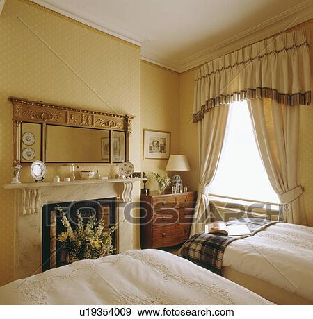 ... slaapkamer, met, tweeling, bedden, en, fringed, pelmet, op, room