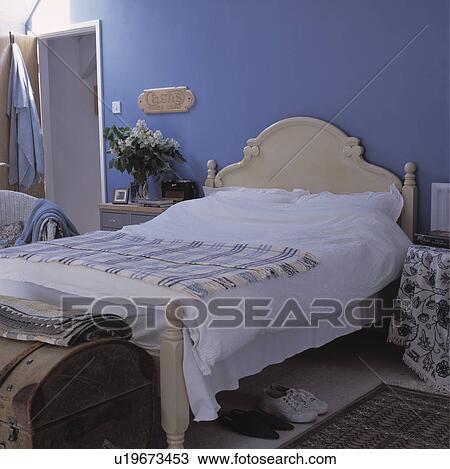 stock foto wei kissen und federbett mit kariert decke auf malen creme h lzernes. Black Bedroom Furniture Sets. Home Design Ideas
