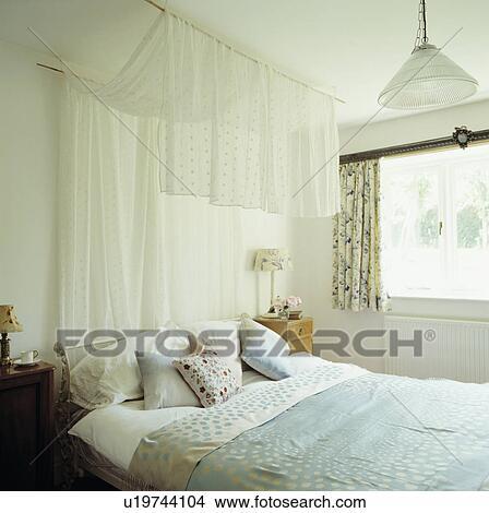 stock foto drapiert voile tafel oben bett in mit hellblau leinen und kissen in. Black Bedroom Furniture Sets. Home Design Ideas