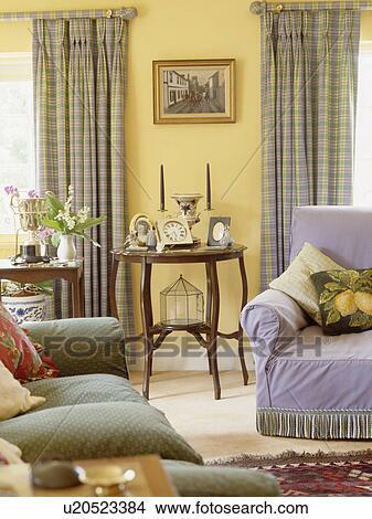 Stock Foto - grünes sofa, und, mauve, sessel, in, pastell, gelb ...