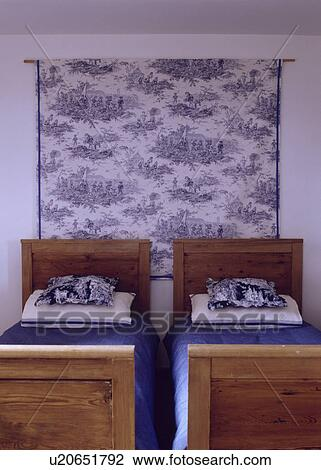 banque de photo blue white toile de jouy tissu sur mur derri re vieux pin jumeau. Black Bedroom Furniture Sets. Home Design Ideas