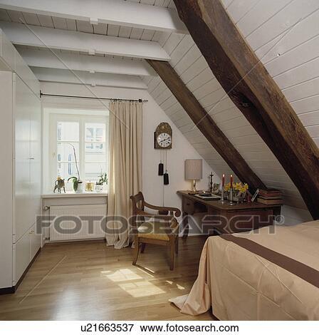 antieke, bureau, en, stoel, onder, schuin, witte, houten, plafond, met ...