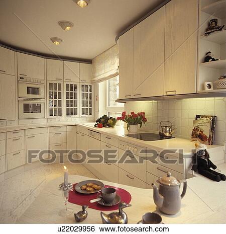 banque d 39 images cafeti re sur courb p ninsulaire unit dans moderne blanc cuisine. Black Bedroom Furniture Sets. Home Design Ideas