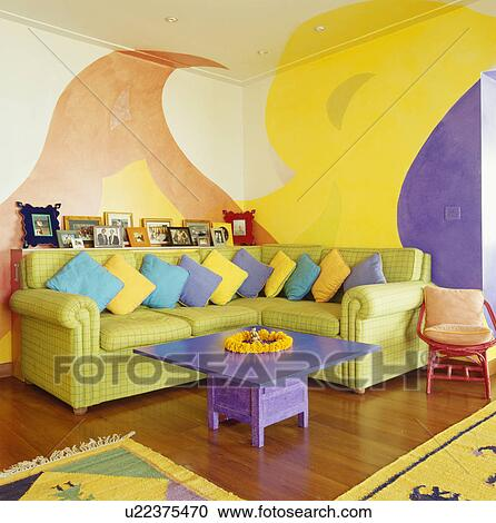 Archivio fotografico luminosamente colorato cuscini su for Soggiorno con divano