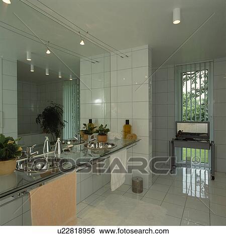Stock afbeeldingen roestvrij staal bekkens in glas badmeubel plank in hippe witte - Badkamer met glas ...