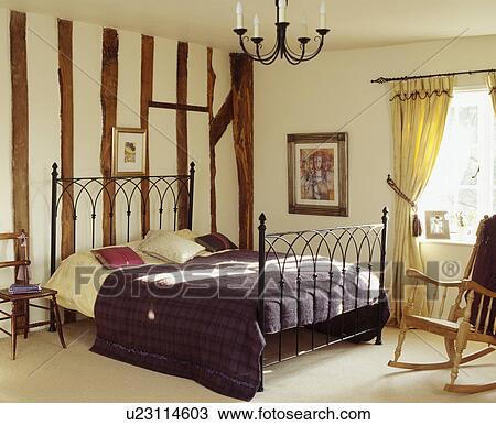 Banque de photo grand traditionnel chambres coucher fauteuil bascule et fer encadr - Fauteuil de chambre a coucher ...