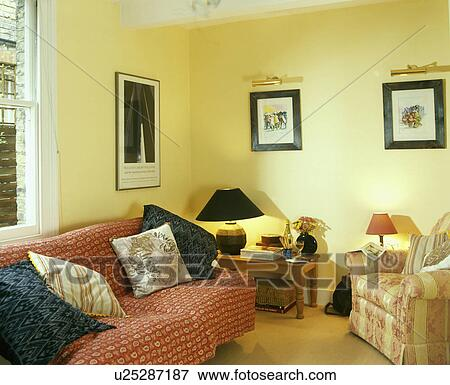 pastell, gelb, wohnzimmer, mit, lampe, auf, tisch, in, dass, ecke, und ...