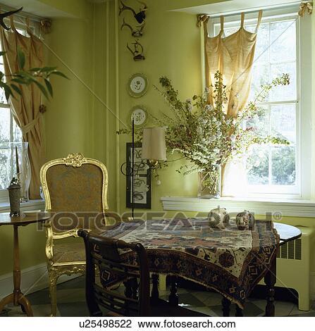 Stock foto verguld ingelijst 18 eeuw stoel in bleek groene eetkamer met oosters - Tapijt eetkamer ...