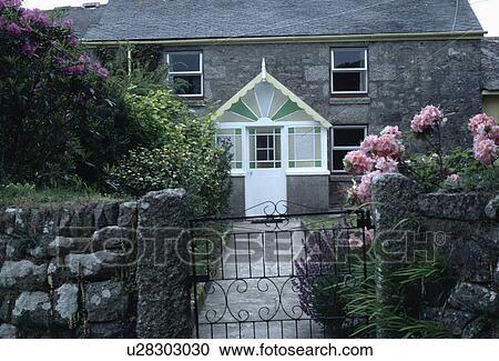 Archivio fotografico rosa hydrangeas su parete for Piani e foto di cottage in pietra