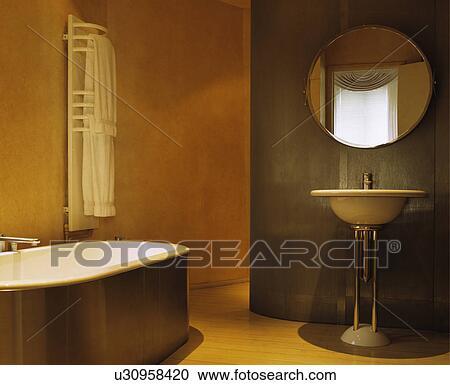 Archivio fotografico circolare specchio sopra bacino con cromo piedistallo in moderno - Specchio con piedistallo ...
