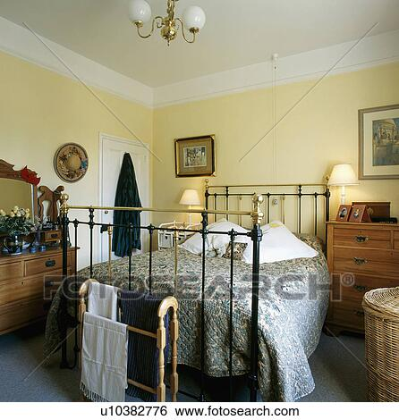 Archivio di immagini ottone antico letto con blu - Letto in ottone rovinato ...