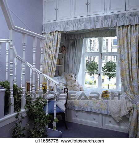 Archivio immagini floreale tenda e piumone letto - Letto sotto finestra ...