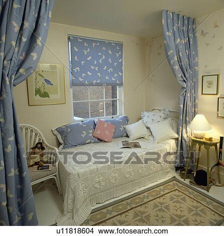 archivio fotografico - divano, letto, con, uncinetto, coperchio ... - Divano Davanti Finestra
