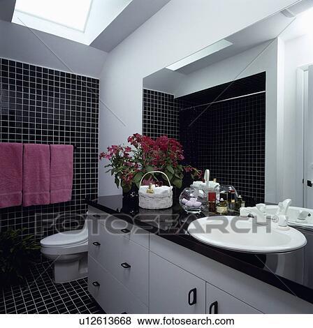bilder schwarz wei badezimmer mit rosa handt cher und bl hen plant u12613668 suche. Black Bedroom Furniture Sets. Home Design Ideas