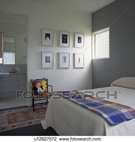 ... hvit, og, gr?, moderne, soverom, med, svart + hvit, bilder p? vegg