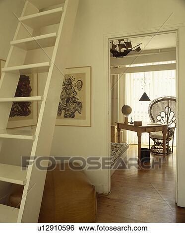 Stock afbeeldingen witte houten ladder trap in klein flat zaal met deur open om te - Witte houten trap ...