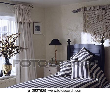 Arkivbilde   svart   hvit, stripet, puter, på, sort, enkelt, seng ...