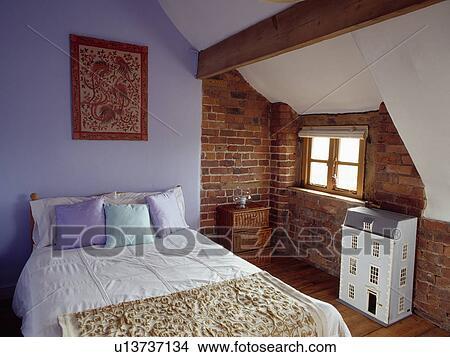 banque de photo pomponne h bergez dans mauve grenier chambre coucher expos mur. Black Bedroom Furniture Sets. Home Design Ideas