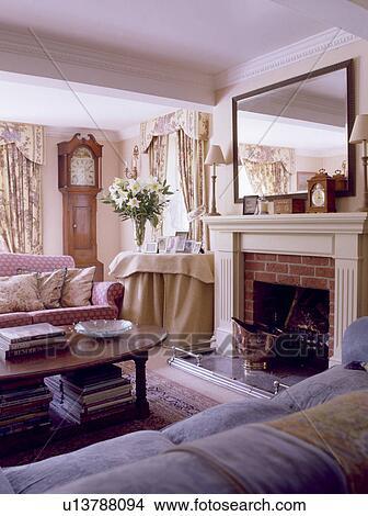 banque de photo grand miroir au dessus chemin e dans petite maison salle de s jour. Black Bedroom Furniture Sets. Home Design Ideas