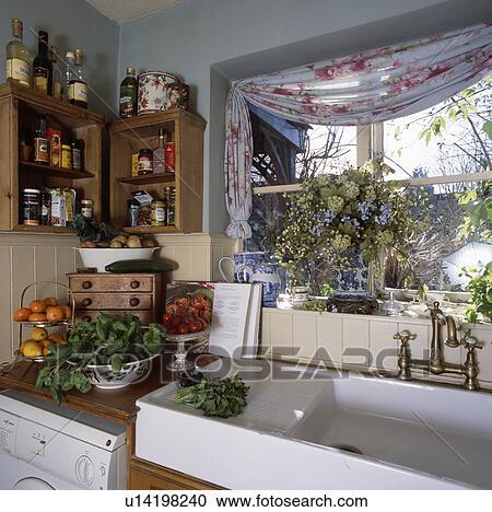 Archivio fotografico primo piano di bianco ceramica lavandino sotto cucina finestra - Cucine sotto finestra ...