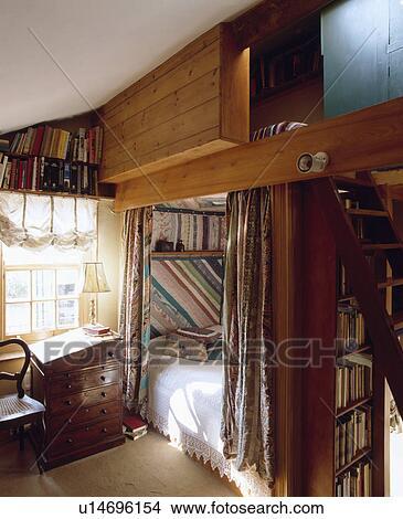 stock foto t felung vor gepa t arbeitsb hne bett oben bett gebaut in nische in. Black Bedroom Furniture Sets. Home Design Ideas