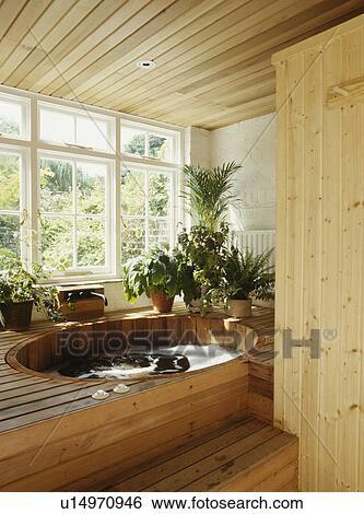 Stock afbeeldingen houten stappen op om te hete kuip in badkamer met dennenboom - Houten lambrisering plafond badkamer ...