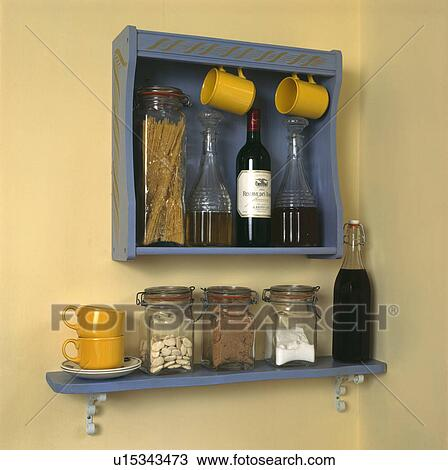 stock foto glas aufbewahrung r ttelt und wein karaffen auf blau regale mit gelb. Black Bedroom Furniture Sets. Home Design Ideas