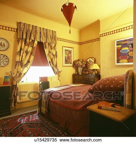 Banque d 39 image model rideaux jaunes et terre cuite - Modele rideaux chambre a coucher ...