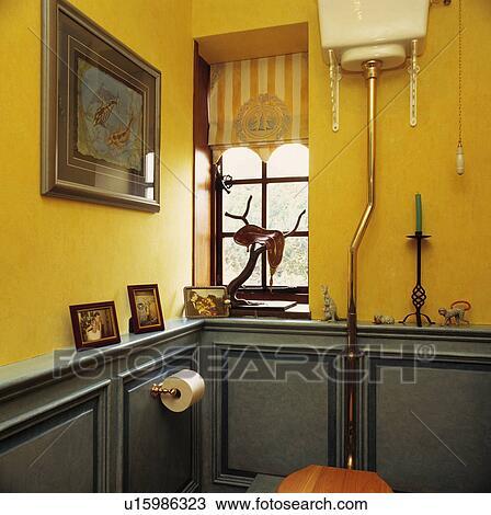 在上, 窗口, 在中, 黄色的洗澡间, 带, 陶瓷器, wall-mounted, 蓄水池图片