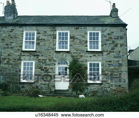 Archivio immagini tradizionale cottage pietra con for Piani e foto di cottage in pietra