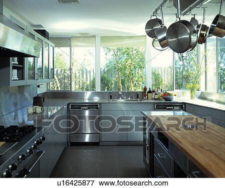 Beeld roestvrij staal oven en afwasmachine in hippe witte keuken met grijze breng - Beeld van eigentijdse keuken ...