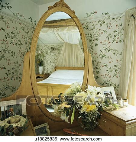 Stock afbeeldingen kledende tafel met verse bloemen en integrerend ovaal spiegel - Traditionele bed tafel ...