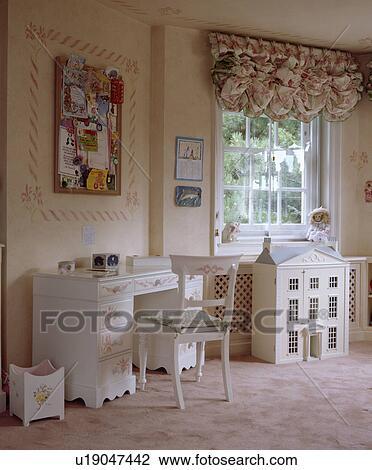 banque de photo blanc poup e maison devant fen tre ruched aveugle dans enfant rose. Black Bedroom Furniture Sets. Home Design Ideas