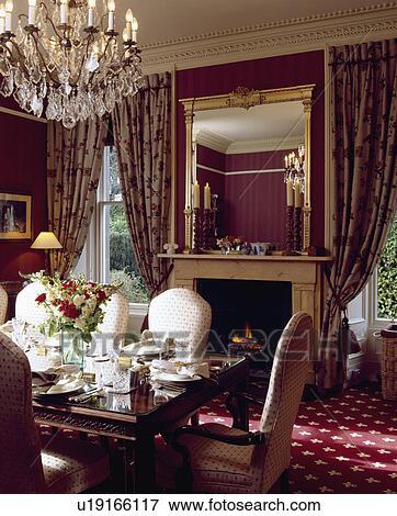 image clair cristal lustre au dessus table placer montages dans salle manger. Black Bedroom Furniture Sets. Home Design Ideas
