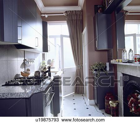 Stock foto smalle kombuis keuken met grijze gepaste kasten en white black tiled vloer - Kombuis keuken ...
