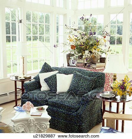 Immagine tradizionale conservatorio soggiorno con for Mobilia in inglese
