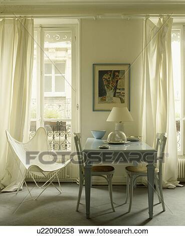 Weiß, Schmetterling, Stuhl, Und, Weiß, Vorhänge, In, Franzoesischer,  Esszimmer, Mit, Pastell, Blau, Tisch, Und, Cane Seated, Stühle