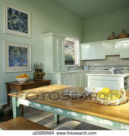 stock foto rechteckig holztisch mit wei stencilling auf gr n rahmen in pastell. Black Bedroom Furniture Sets. Home Design Ideas