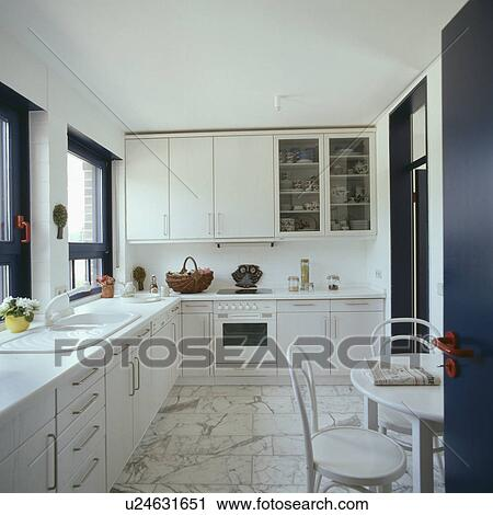 Stock fotografie hippe witte keuken diner met marmer tiled vloer u24631651 zoek for Foto witte keuken