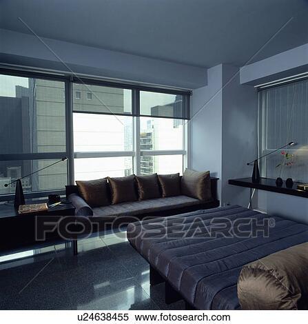 archivio immagini - marrone, seta, capezzale, letto, con, blu ... - Divano Davanti Finestra