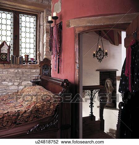 Arkivfoto   mahogni, enkelt, seng, mellom, vindu, og, åpen dør ...