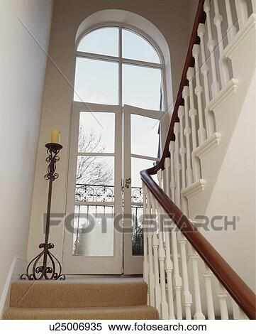 Fenster treppenaufgang gel nder f r au en - Badezimmerfenster blickdicht ...